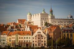 Hertiglig slott, Szczecin (Polen) i den soliga dagen med bostads- byggnader i gammal stad arkivbild