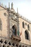 Hertogelijk Paleis met vlaggen en gevleugeld leeuwstandbeeld Symbool van ci royalty-vrije stock fotografie
