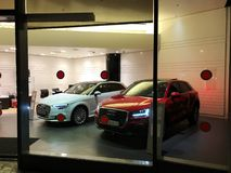 HERTZLIJA, ISRAEL 7. DEZEMBER 2017: Neue Modelle der Marke Audi in einem Händler ` s Ausstellungsraum Stockbild