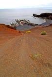 Hervideros broncea la roca en la colina blanca de la costa abajo Fotografía de archivo libre de regalías
