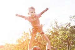 Hervorbringen Sie das Spielen mit seinem Sohn im Park Lizenzfreies Stockbild