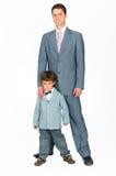 Hervorbringen Sie mit einem jungen Sohn, gekleidet in einer Klage Stockfotografie