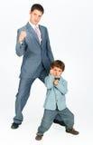 Hervorbringen Sie mit einem jungen Sohn, gekleidet in einer Klage Stockfoto
