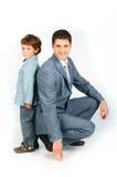 Hervorbringen Sie mit einem Sohn, gekleidet in einer Klage Lizenzfreies Stockfoto
