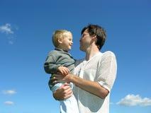 Hervorbringen Sie mit Sohn auf Händen Lizenzfreie Stockfotografie