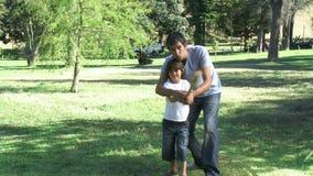 Hervorbringen Sie, seinen Sohn beibringend, wie man Baseball spielt stock video
