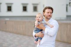 Hervorbringen Sie und sein Sohn draußen Stockfotos