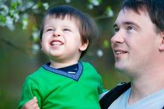 Hervorbringen Sie und seine zwei Jahre alte Sohn, die Spaß haben Stockfoto