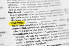 Hervorgehobenes englisches Wort u. x22; insomnia& x22; und seine Definition am Wörterbuch lizenzfreies stockbild