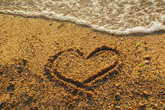 Herz auf dem Sand Stockbilder
