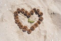 Herz auf dem Sand und der Zeit Stockfotografie