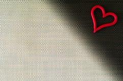 Herz auf grauem und schwarzem Hintergrund Lizenzfreie Stockbilder