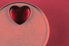Herz auf Kasten mit Valentinsgrußgeschenk in der Farbe der Lebenkoralle lizenzfreie stockfotografie