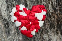 Herz auf rotem Hintergrund Lizenzfreie Stockfotos