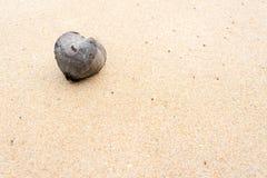 Herz auf Sand lizenzfreie stockbilder