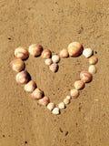 Herz auf Sand von den Oberteilen Lizenzfreie Stockbilder