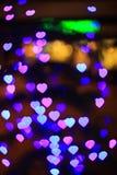 Herz bokeh Hintergrund Goldinnere auf Rot Lizenzfreie Stockbilder