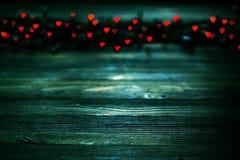 Herz bokeh, Valentinsgruß ` s Tageskonzept auf hölzernem Hintergrund lizenzfreie stockbilder