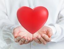 Herz in den Händen Lizenzfreie Stockfotos