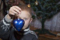 Herz in den Händen des neuen Jahres lizenzfreies stockbild