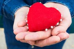 Herz in den Händen eines Mannes Lizenzfreie Stockbilder