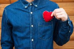 Herz in den Händen eines Mannes Stockbilder