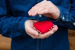 Herz in den Händen eines Mannes Lizenzfreie Stockfotografie