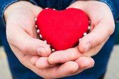 Herz in den Händen eines Mannes Lizenzfreie Stockfotos