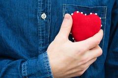Herz in den Händen eines Mannes Lizenzfreies Stockbild