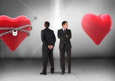 Herz in den Ketten oder Herz mit dem Geschäftsmann, der in den entgegengesetzten Richtungen schaut Stockbilder
