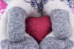 Herz in den Mädchen ` s Händen Junge Frau, die herein Herzhandschuhe hält Lizenzfreie Stockfotos