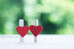 Herz der Büroklammer über Liebesbeziehung Lizenzfreie Stockbilder