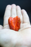 Herz in der Erdbeere Lizenzfreie Stockbilder
