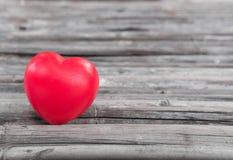 Herz der Liebe im Valentinstag auf hölzernem Lizenzfreies Stockbild