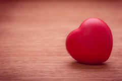 Herz der Liebe im Valentinstag auf hölzernem Lizenzfreie Stockbilder