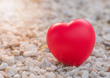 Herz der Liebe im Valentinstag auf Stein Lizenzfreie Stockbilder