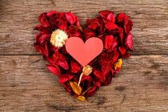 Herz in der Mitte des roten Trockenblumengesteckherzens - Reihe 2 Stockfotografie