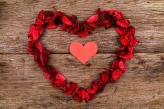 Herz in der Mitte des roten Trockenblumengesteckherzens - Reihe 3 Stockbild
