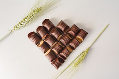 Herz der Schokolade mit Weizen als Dekoration auf einem weißen Hintergrund Lizenzfreies Stockfoto