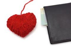 Herz der Wolle und der Geldbörse. Konzept der Liebe für Geld Lizenzfreies Stockfoto