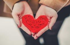 Herz des roten Threads Lizenzfreie Stockfotos