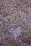 Herz des Steins im Sand lizenzfreie stockbilder