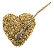 Herz des trockenen Teeblätter Eisenkameraden mit einem bombilla auf weißem Hintergrundisolat Stockfotos