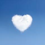 Herz des Wolkensymbols der Liebe auf Hintergrund des blauen Himmels Stockbilder