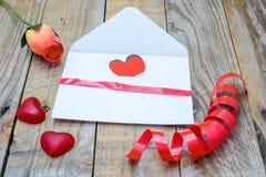 Herz in einem weißen Umschlag Lizenzfreie Stockbilder