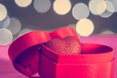 Herz in einer Geschenkbox stockbild