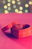 Herz in einer Geschenkbox lizenzfreie stockfotos