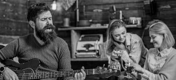 Herz-Erwärmungsliebeslied des bärtigen Mann-Gesangs Mann mit dem Hippie-Bart, der bewegliche Melodie auf Gitarre spielt musiker lizenzfreie stockbilder