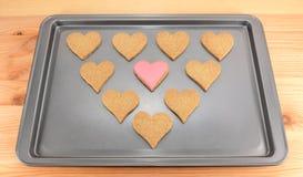 Herz-förmige Kekse auf einem Backblech Stockbild
