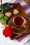 Herz-förmige Kekse, rosafarben und Tee lizenzfreies stockfoto